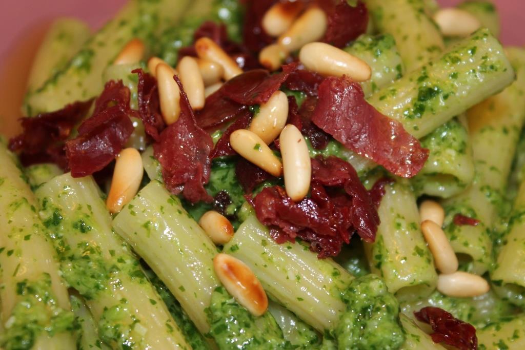 Pasta al Pesto di Rucola con Bresaola Croccante – Generazioni in Cucina